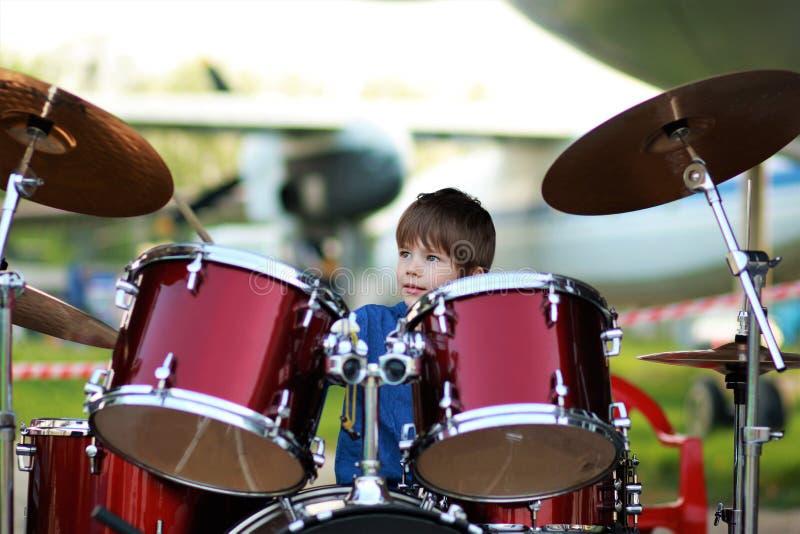 Мальчик уча барабанить стоковые фото