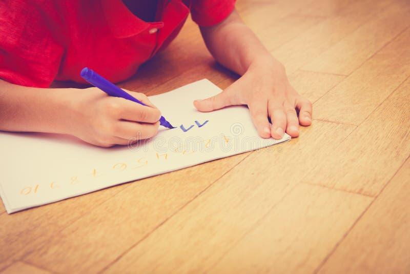 Мальчик уча написать номера стоковые фотографии rf