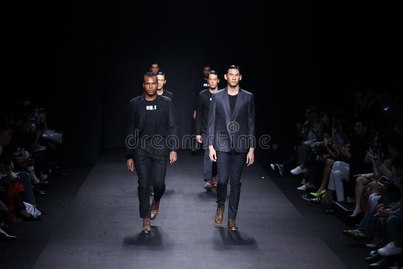 Мальчик человека ` ` 27Friday модного парада готовый для того чтобы нести стиль стоковое фото rf