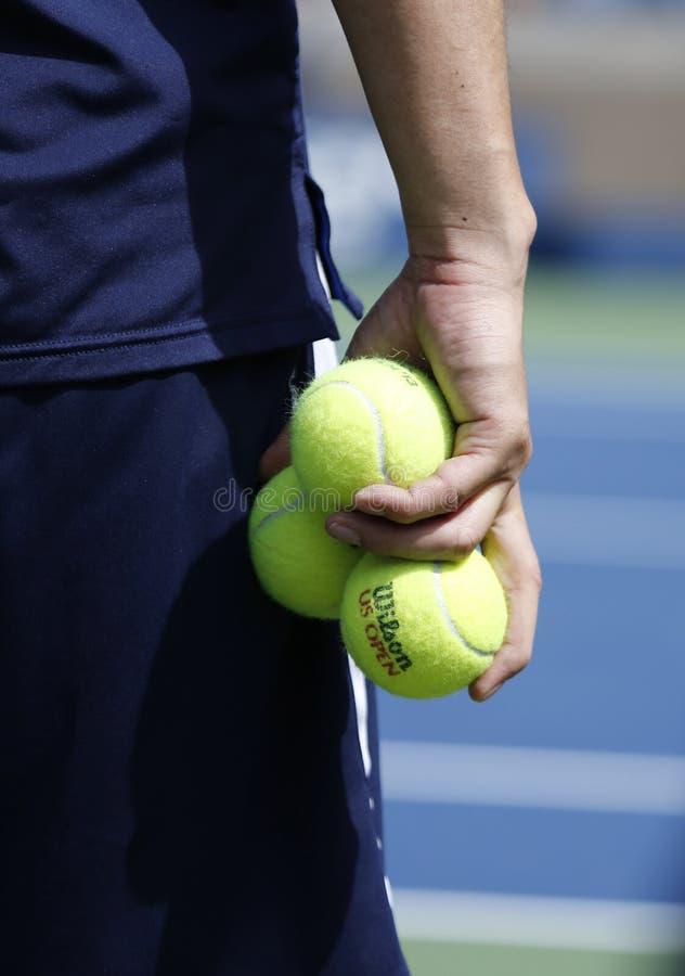 Мальчик шарика держа теннисные мячи Уилсона на короле Национальн Теннисе Центре Билли Джина стоковые изображения rf