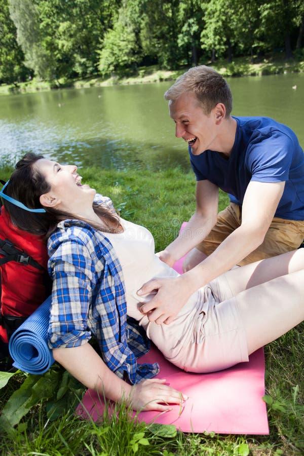 Download Мальчик щекоча девушку озером Стоковое Фото - изображение: 42130402