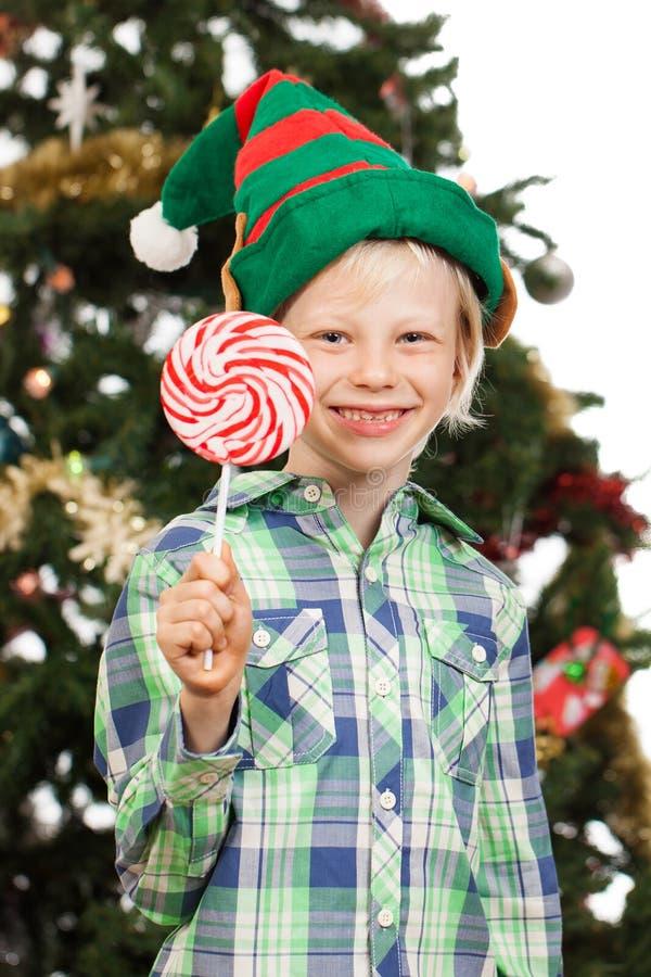 Мальчик эльфа держа леденец на палочке стоковое изображение