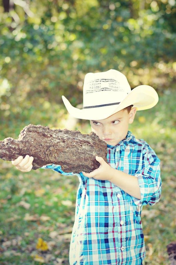 мальчик eyes пушка фокуса стоковое фото rf