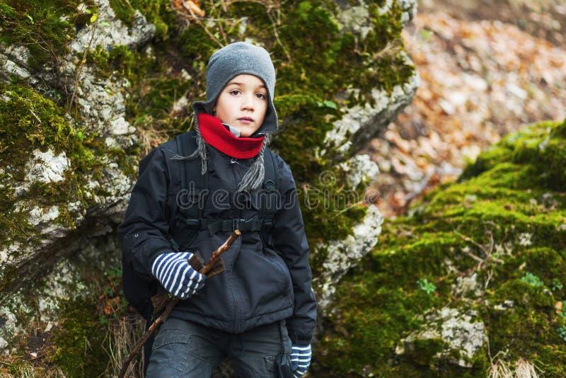 мальчик hiking детеныши стоковые фотографии rf