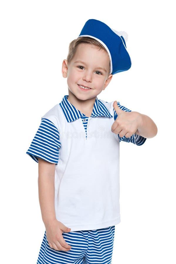 Мальчик Llittle жизнерадостный в костюме матроса стоковое фото rf