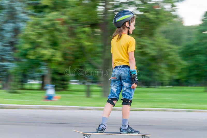 Мальчик skateboarding на естественной предпосылке стоковые изображения