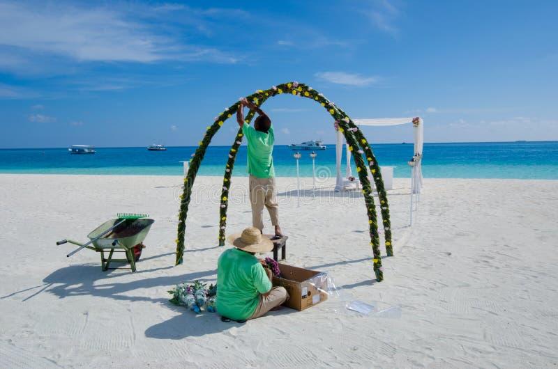Мальдивские работники фиксируя установку свадьбы стоковые изображения