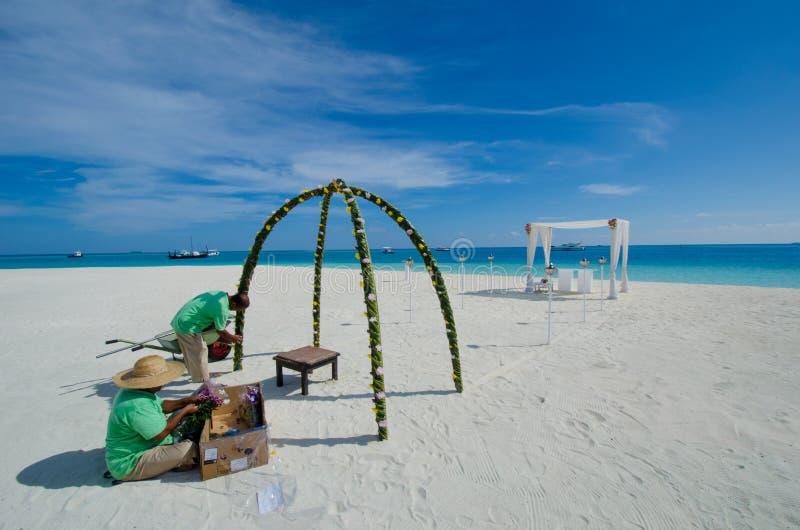 Мальдивские работники фиксируя установку свадьбы стоковое фото rf