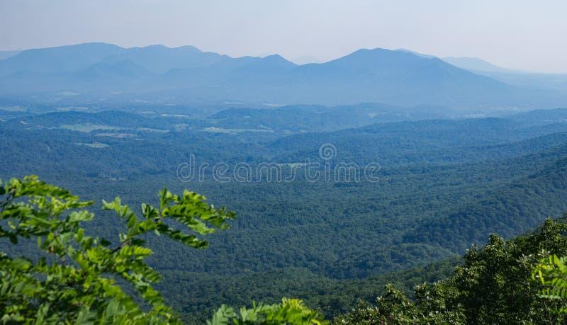 Мглистый взгляд долины и гор голубого Риджа, Вирджинии, США стоковые фото