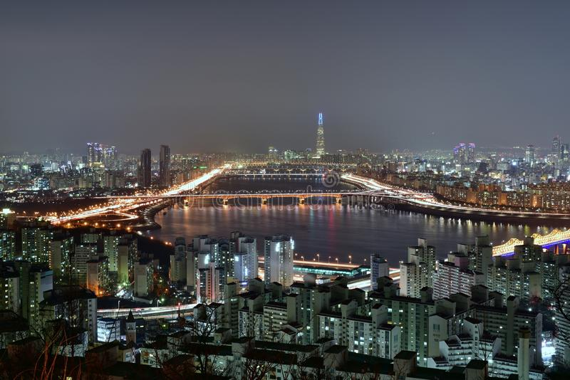 Мглистый взгляд ночи СЕУЛА, КОРЕИ стоковое фото rf