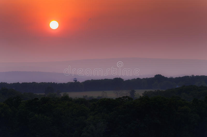 Мглистый заход солнца над Аппалачи от маленькой круглой вершины, в Gettysburg, Пенсильвания стоковое фото rf