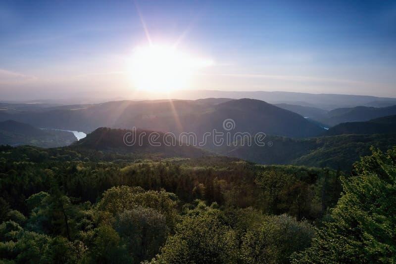 Меандр европейского реки Labe от бдительности Varhost металла весной выравнивая заход солнца в чехословакской туристической зоне  стоковые фото