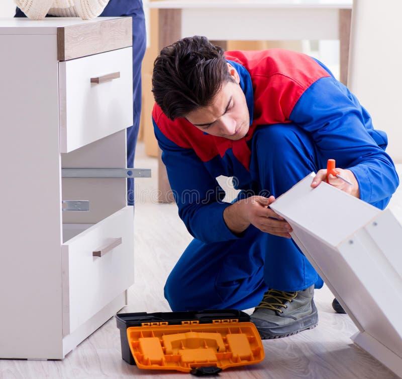 Мебель ремонтника подрядчика собирая под supervisio женщины стоковая фотография rf