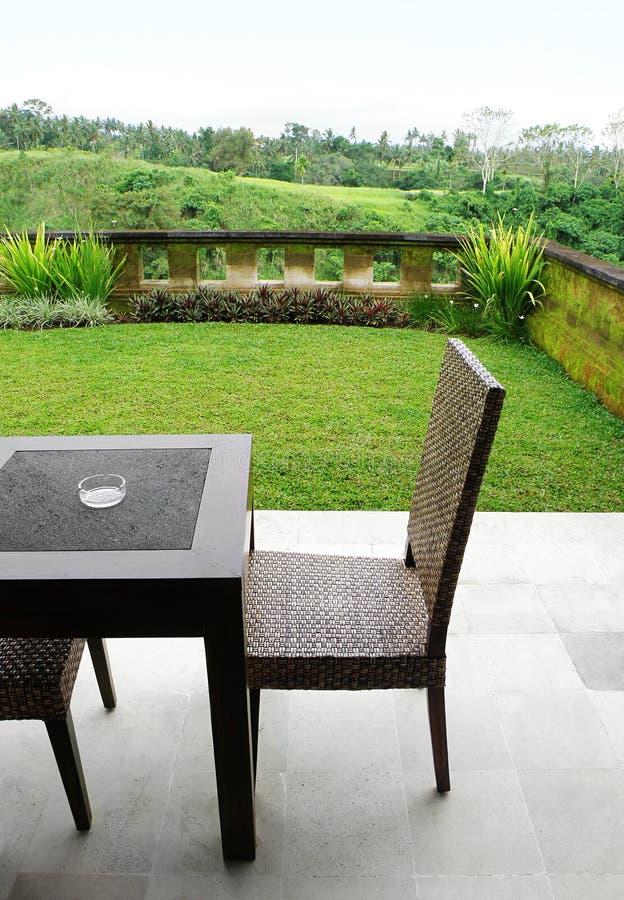 мебель landscaped взгляд патио стоковое изображение rf