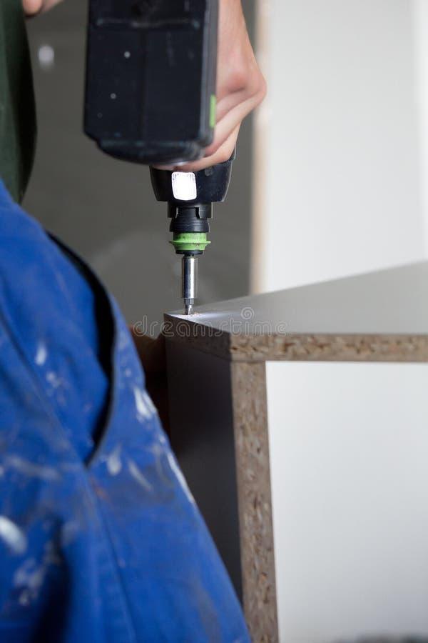 Мебель установки с отверткой стоковое фото