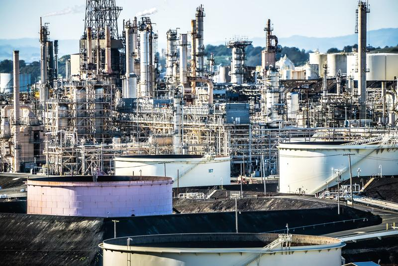 Мега структуры большого нефтеперерабатывающего предприятия в Калифорнии стоковое фото