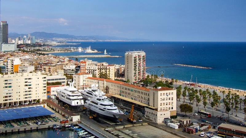 Мега яхты построенные в верфи в городе Барселоны в Испании стоковое изображение rf