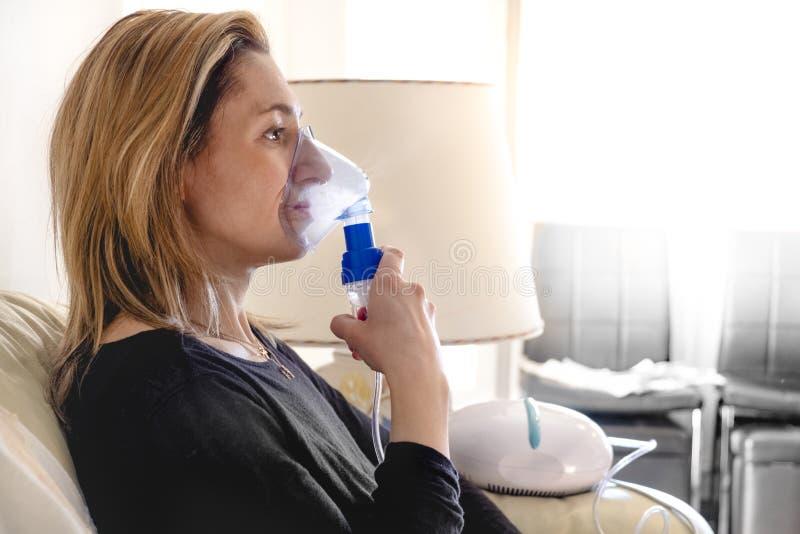 Медицина машины ингалятора женщины аэрозоля Nebulizer дома стоковое фото