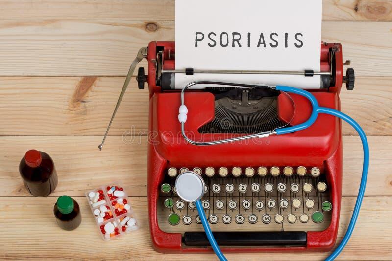 Медицина рецепта или медицинский диагноз - рабочее место доктора с голубым стетоскопом, таблетками, красной машинкой с псориазом  стоковое изображение