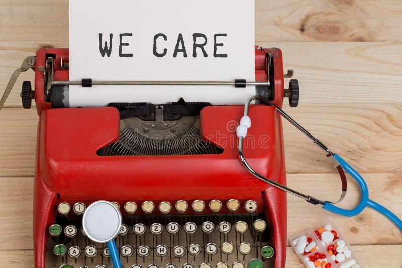 Медицина рецепта или медицинский диагноз - рабочее место доктора с голубым стетоскопом, таблетками, красной машинкой с текстом мы стоковые изображения rf