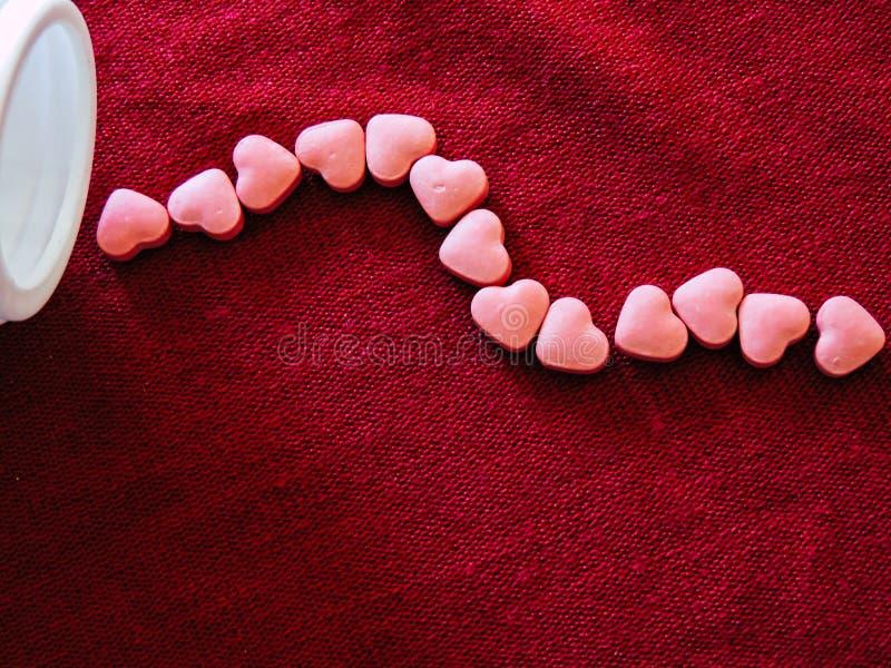 Медицина сердца на красной предпосылке ткани красный цвет поднял стоковые изображения