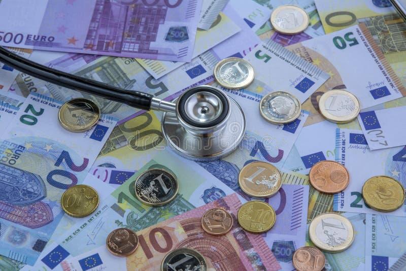 Медицина стоила - стетоскоп над стогом евро стоковые изображения rf