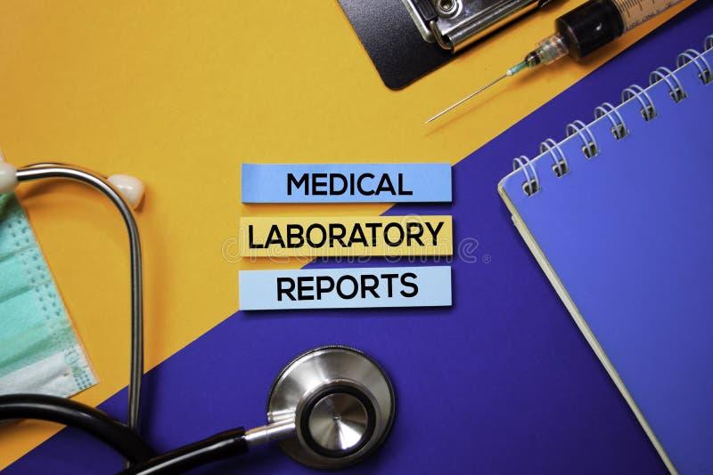 Медицинская лаборатория сообщает текст на липких примечаниях Взгляд сверху изолированный на предпосылке цвета Здравоохранение/мед стоковая фотография rf