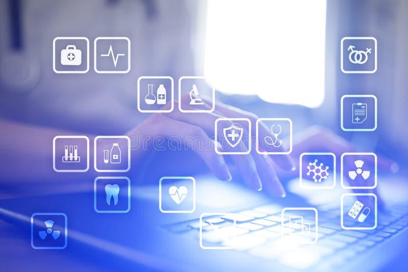 Медицинские значки на виртуальном экране Современная технология в медицине стоковые фотографии rf