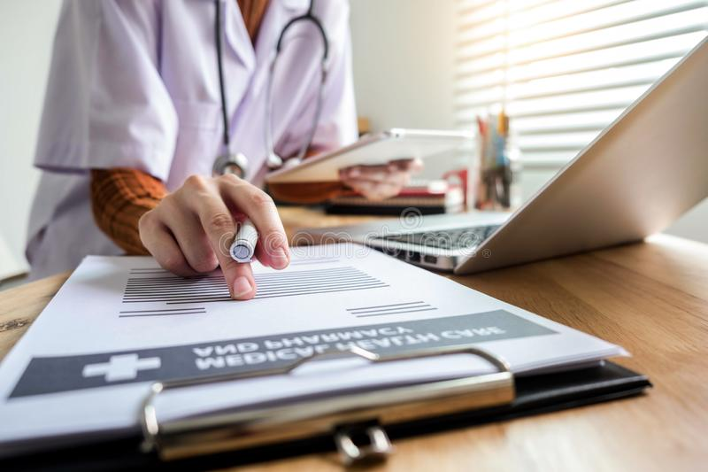 Медицинские концепции технологии доктор работает на планшете стоковые фотографии rf