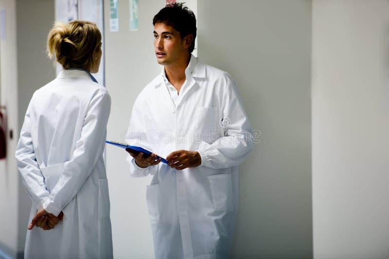 Медицинские персоналы советуя с стоковая фотография rf