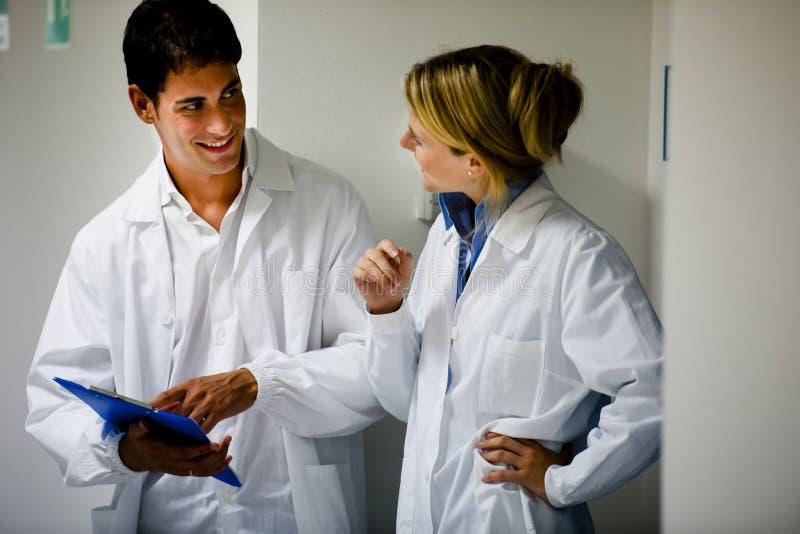 Медицинские персоналы советуя с стоковое изображение