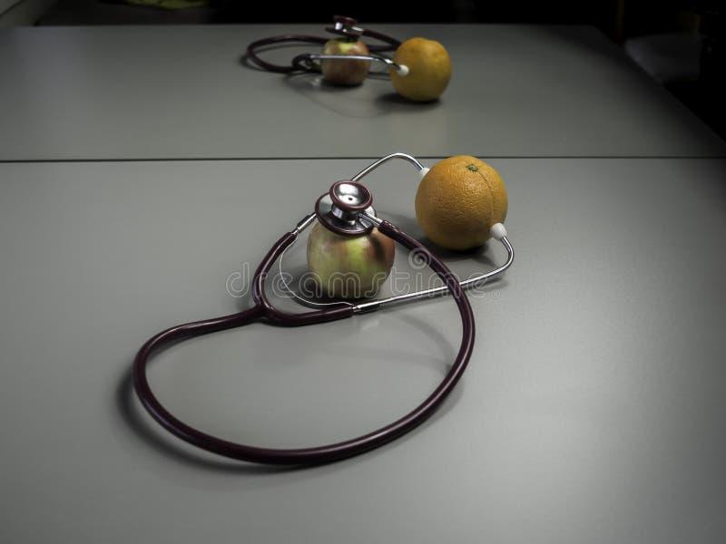 Медицинские стетоскоп и плодоовощ стоковые изображения