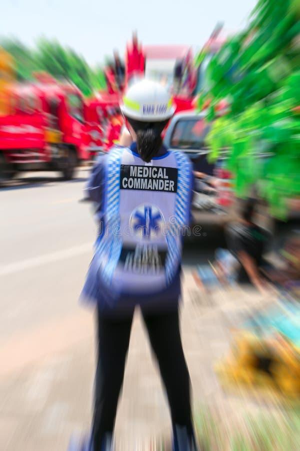Медицинский командир команды чрезвычайной помощи и спасательная команда сохраняют жизнь пациент от автомобильной катастрофы стоковое фото rf