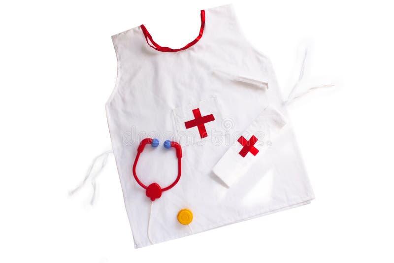 Медицинский комплект и лабораторное пальто для детей на белом фоне стоковая фотография