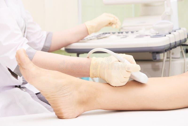 Медицинский осмотр Нога пациентов Ultrasonography стоковое фото