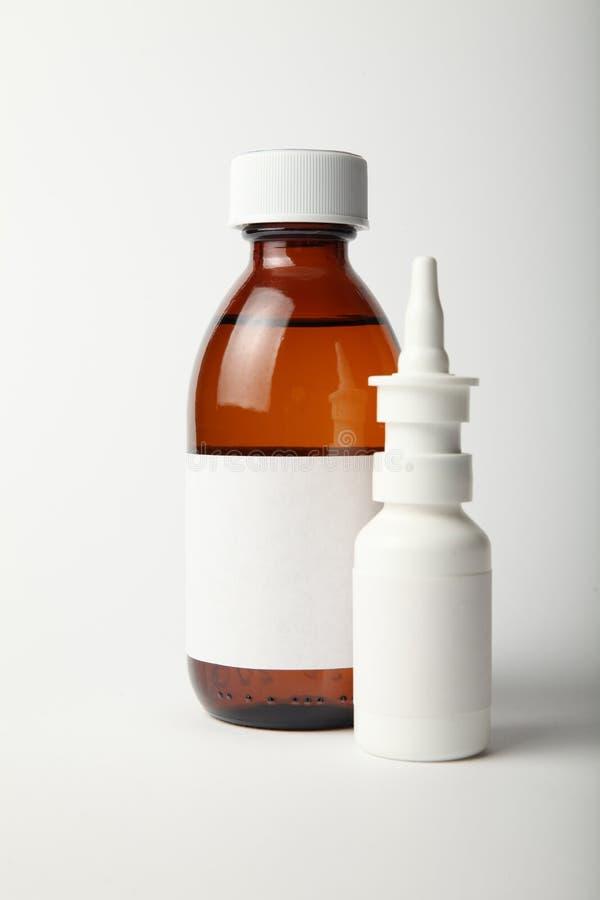 Медицинский стеклянной модель-макет бутылки и брызг Пустой белый ярлык стоковые изображения rf