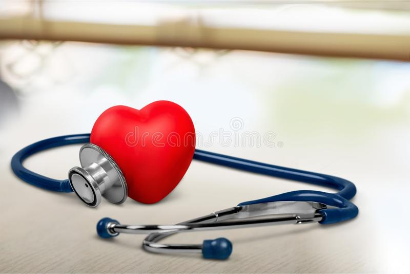 Медицинский стетоскоп с пластичным сердцем дальше стоковое изображение rf