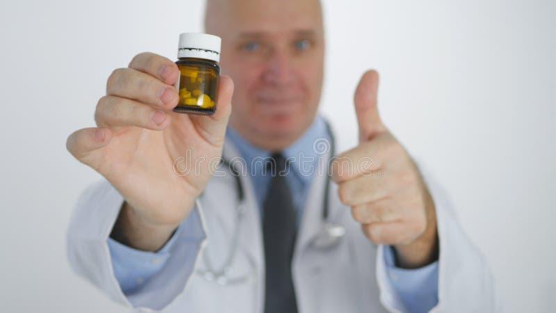 Медицинское лечение доктора Отображать Большого пальца руки Вверх Рекомендовать уверенное с таблетками витамина стоковое фото