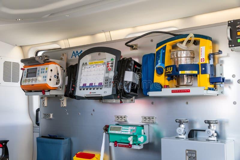медицинское оборудование в аварийном вертолете медицинских обслуживаний стоковые фотографии rf