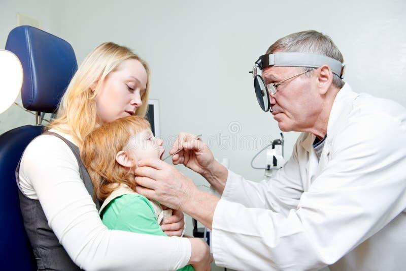 Медицинское рассмотрение otitus ребенка стоковое изображение rf