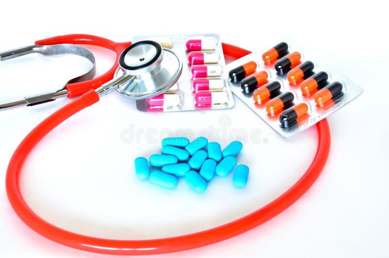 Медицинско: Пилюльки и стетоскоп стоковое изображение