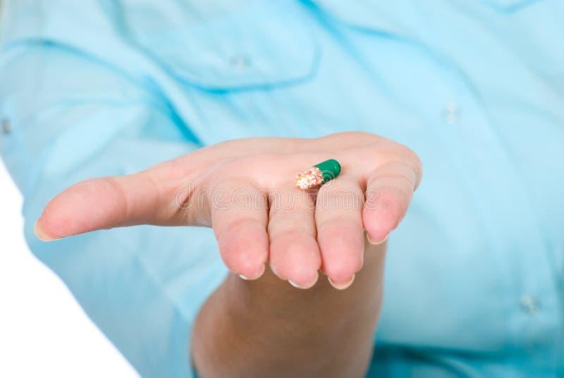 Медицинско - пилюльки руки нюни предлагая стоковая фотография