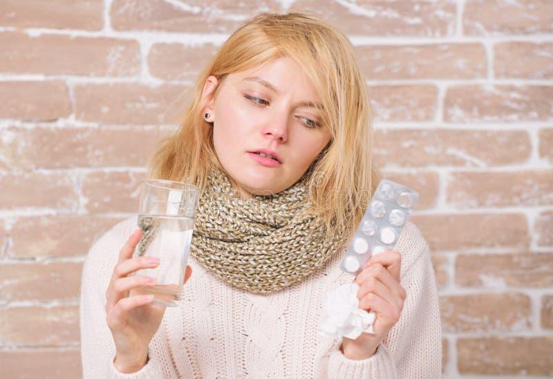 Медицины могут дать ее некоторый сброс Больная девушка принимая анти- холодные таблетки ( ILL. стоковые изображения rf