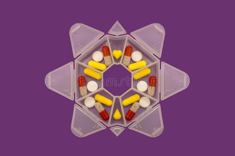 Медицины на 7 дней в форме планшетов и таблеток в специальном случае стоковое изображение