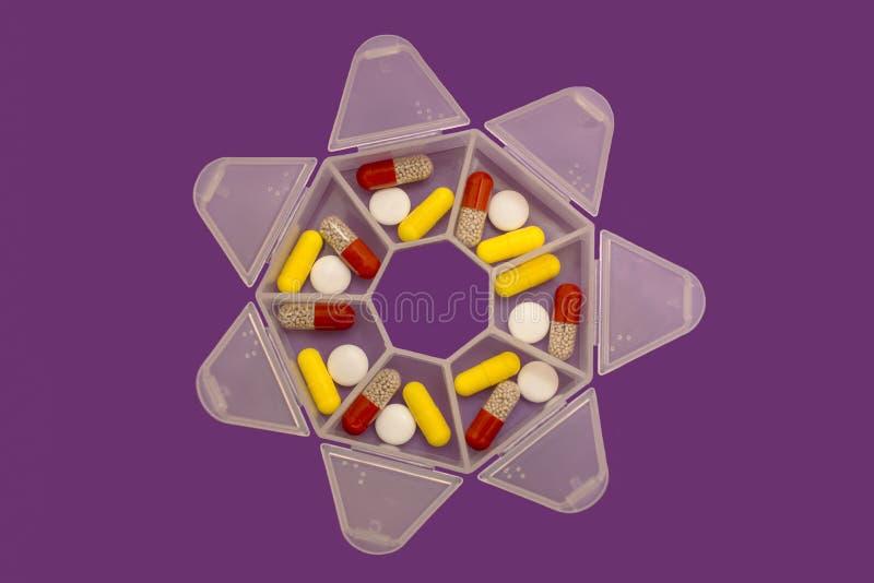 Медицины на 7 дней в форме планшетов и таблеток в специальном случае стоковое фото rf