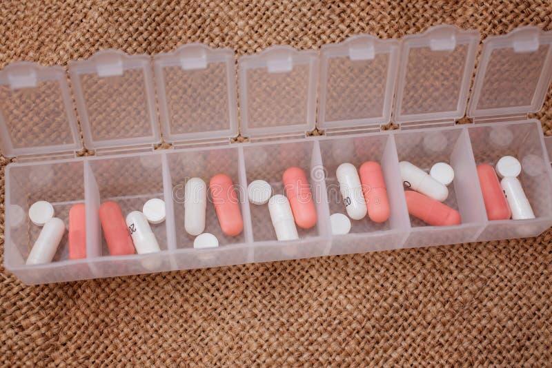 Медицины на 7 дней в форме планшетов и таблеток в специальном случае стоковая фотография