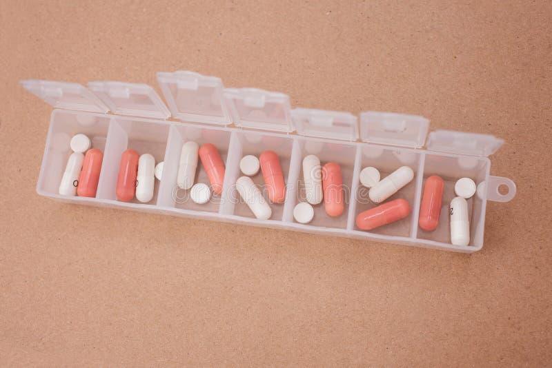Медицины на 7 дней в форме планшетов и таблеток в специальном случае стоковые фотографии rf