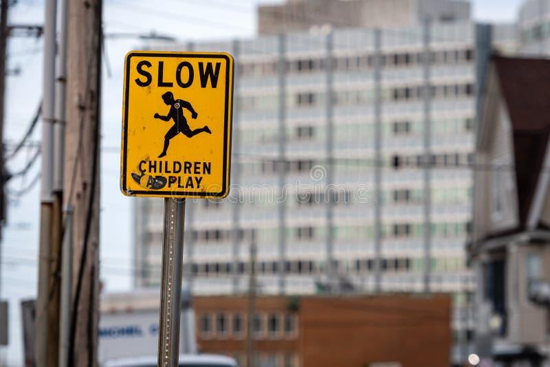 Медленные дети предостерегают знак на улице стоковые изображения rf