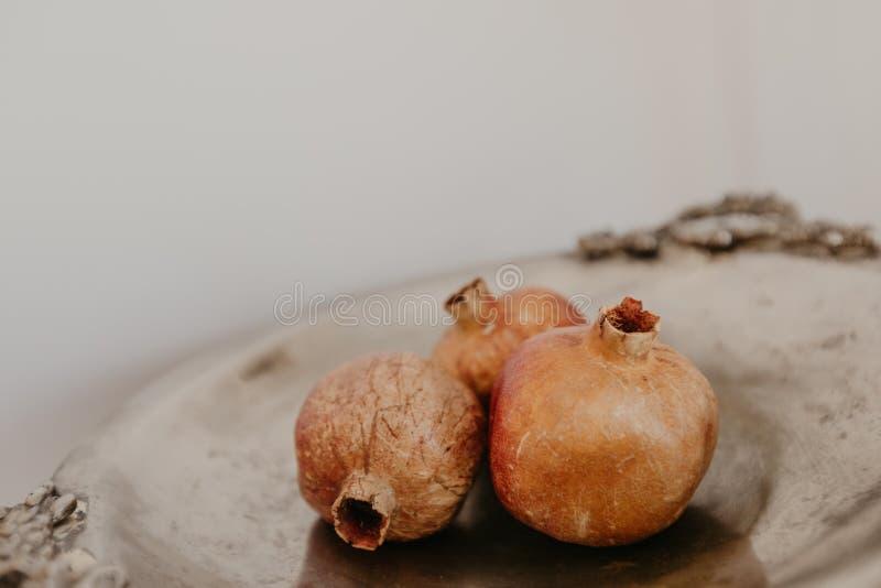 Медная ваза с сухими гранатовыми деревьями - изображение стоковое фото rf