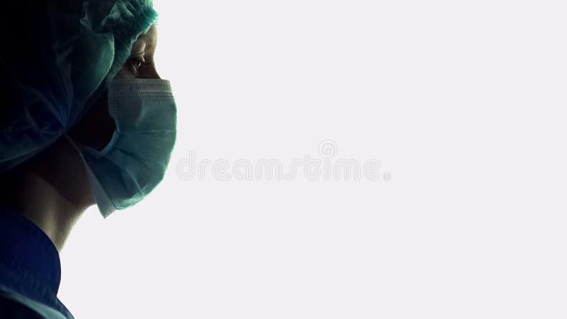 Медсестра больницы в маске и форма на белой предпосылке, докторах ассистентских стоковая фотография rf